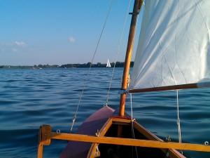 Blick aus dem segelfaltboot voraus auf den Plauer See