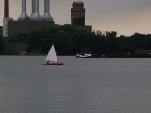 Faltboot unter Segeln auf dem Plauer See in Brandenburg