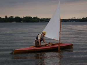 Das Faltboot wird segelfertig gemacht.