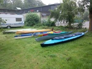 Boote nach nächtlichem Regen
