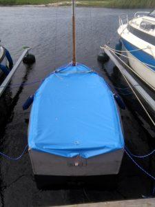 Boot in der Marina unter Persenning